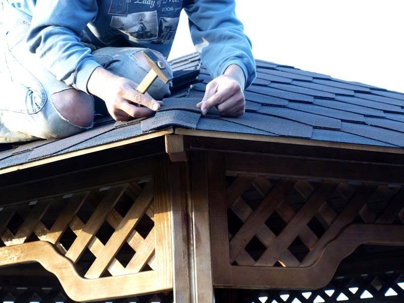 Возможно, архитектурному стилю участка больше подходит деревянная конструкция, крытая, к примеру, мягкой черепицей