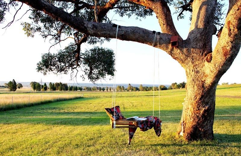 Вам повезло, если у дерева в саду есть подходящая ветка. Непременно проверьте ее на прочность прежде, чем повесить качели