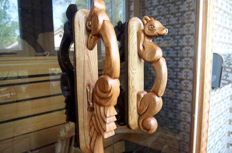 Деревянные ручки оригинальной формы из натурального дерева украсят помещение