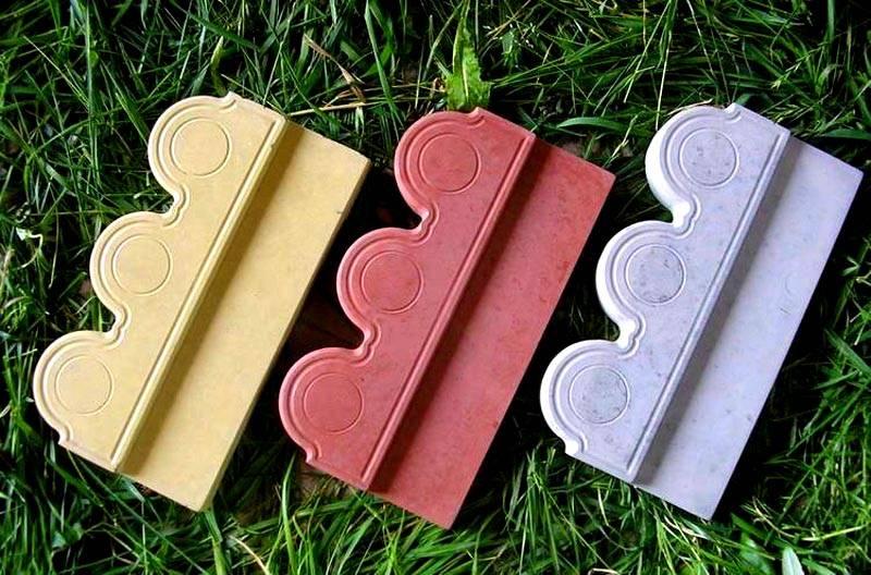 Цвет, форма, узор пластикового обрамления может быть самым разным