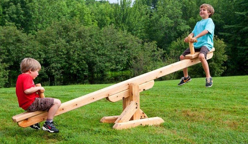 Кроме того, деревянные балансиры более безопасны, они не нанесут ребенку такого вреда при падении, как изделия из металла