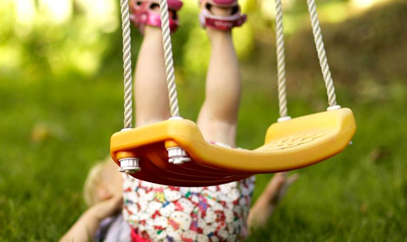 Чтобы обезопасить ребенка от травм, следует предусмотреть все меры безопасности