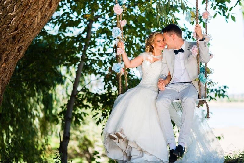 На качелях получаются яркие свадебные фотографии