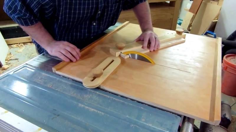 Стол с циркулярной пилой для безопасной работы с древесиной