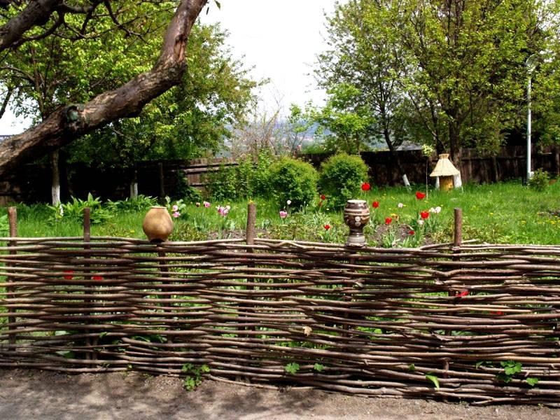 Плетеный забор – отличный вариант разграничения соседних участков