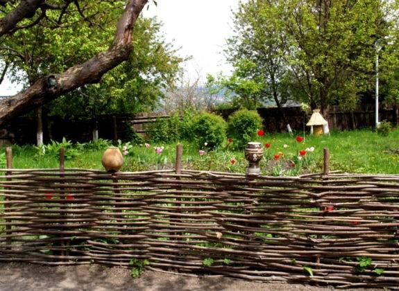 Плетеная изгородь для огорода
