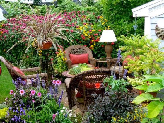 Дачная мебель в цветнике