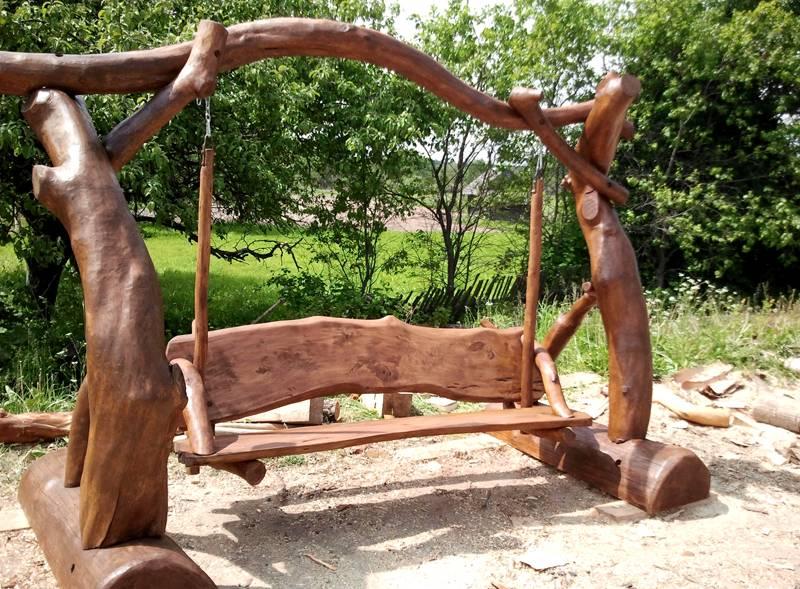 Натуральная древесина отлично смотрится в саду