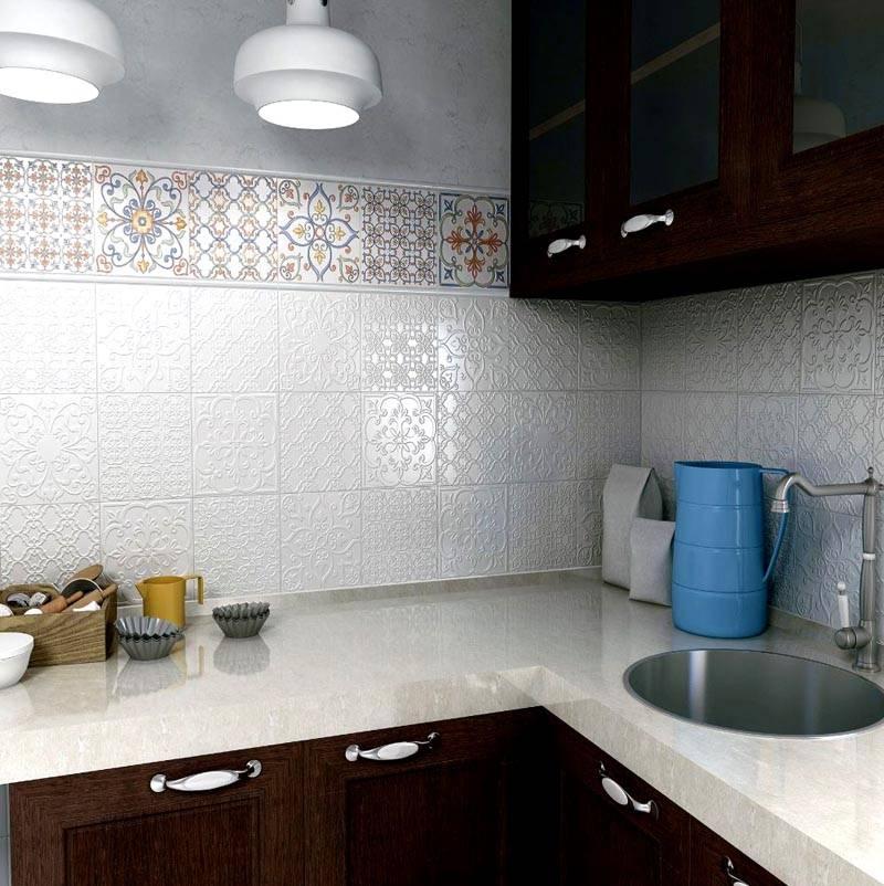 Сочетание белой плитки и материала с узором