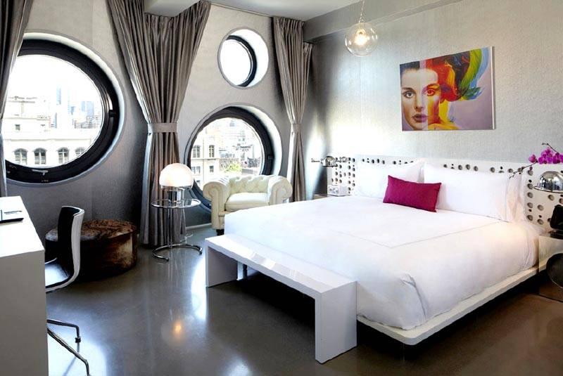 Пример дизайнерских круглых окон в комнате