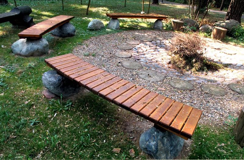 Скамейка из дерева и камня – отличное решение для участка к эко-стиле