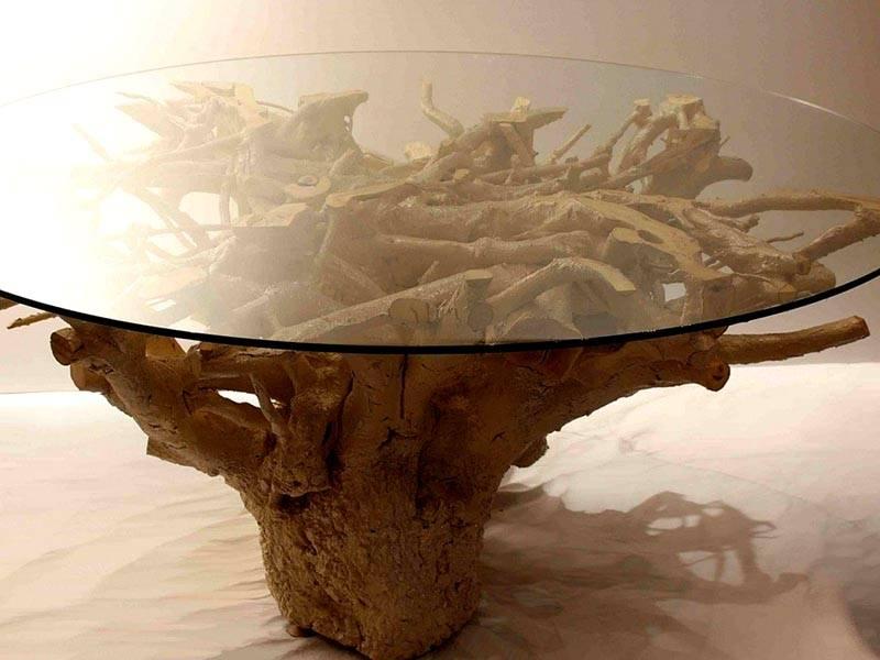 Для создания необычного журнального столика достаточно лишь установить стекло на перевернутый пень