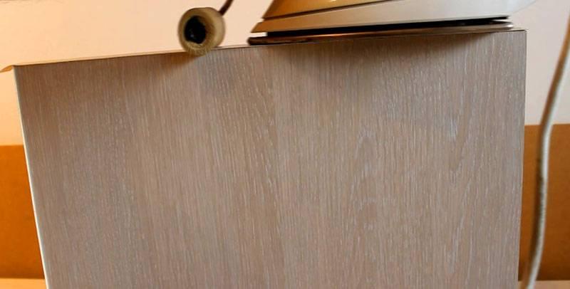 Края стола из ДСП можно декорировать специальной кромкой, которая выпускается разнообразных цветов и подойдет для любого случая