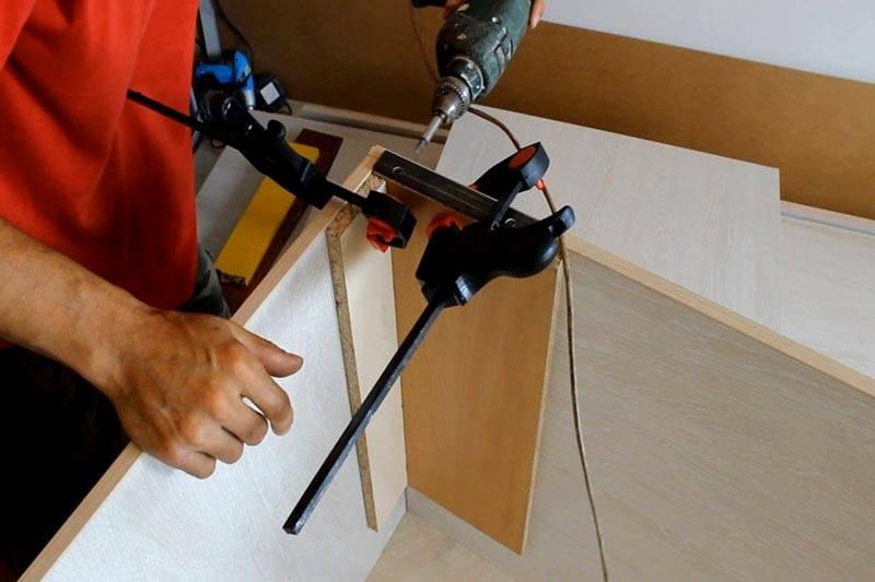 Главное при производстве мебели из МДФ – ровно соединять детали, используя специальные приспособления