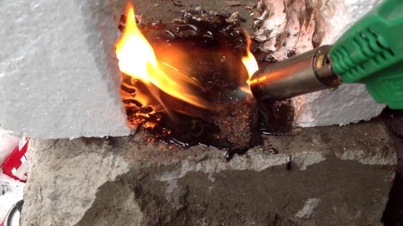 Экструдированный пенополистирол быстро плавится, поэтому не стоит использовать его вблизи источников огня или высокой температуры