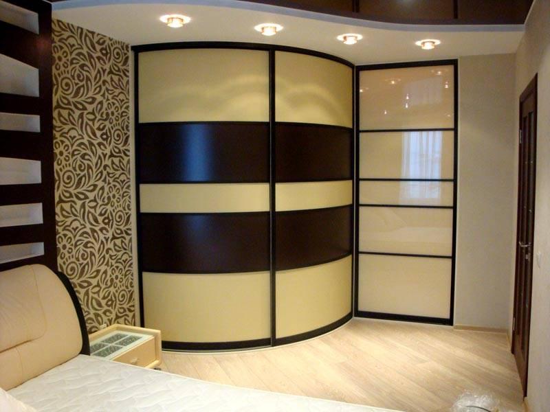 Фото-идея дизайна в спальню, шкаф купе гармонично вписывается в интерьер