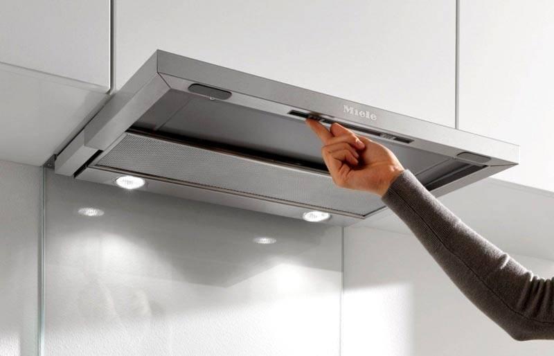 При оснащении встроенной вытяжки для кухнитаким раздвижным устройством зону захвата воздуха увеличивают при возникновении соответствующей необходимости. В сложенном положении оборудование занимает немного места