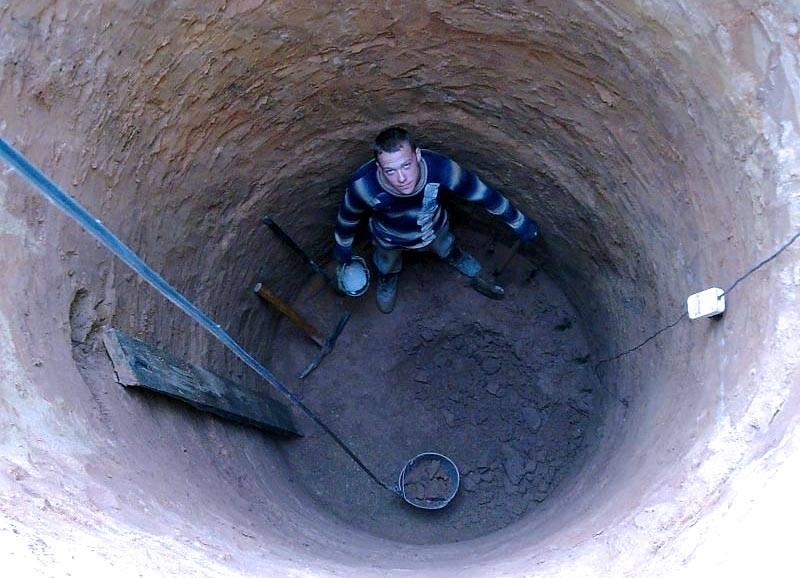 Глубина ямы может быть любой, главное – не достать до грунтовых вод