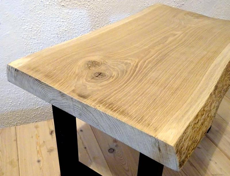 Спил дуба очень красив, поэтому не стоит красить предметы интерьера из данного материала, достаточно правильно ее обработать