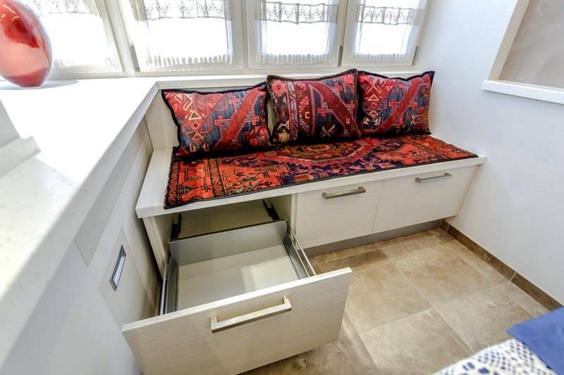 В компактных диванчиках обычно есть ящики для хранения домашних мелочей
