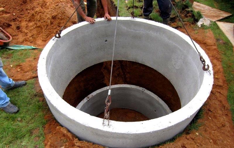 Для герметизации стыков используют бетонный раствор или битумную мастику. Чтобы надежно зафиксировать сборную бетонную конструкцию, используют металлические скобы