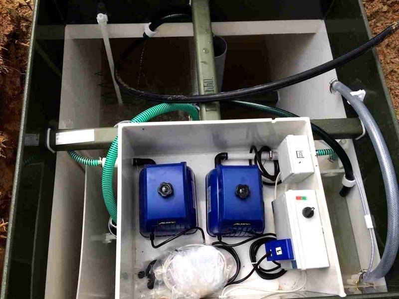 Современная система очистки стоков. В компактном корпусе размещены камеры, соединительные трубки, компрессоры. Подобная конструкция занимает не более 1,5 м. кв. площади