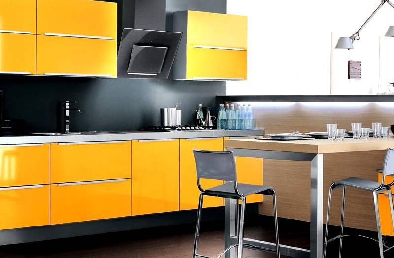 Современная вытяжка для кухни: фотография в интерьере демонстрирует хорошую эстетическую совместимость черных стеклянных поверхностей