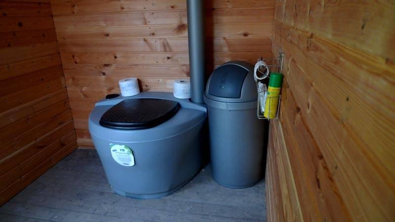 В заводском исполнении торф насыпается в специальный бункер и автоматически поступает в емкость при нажатии на соответствующий рычаг