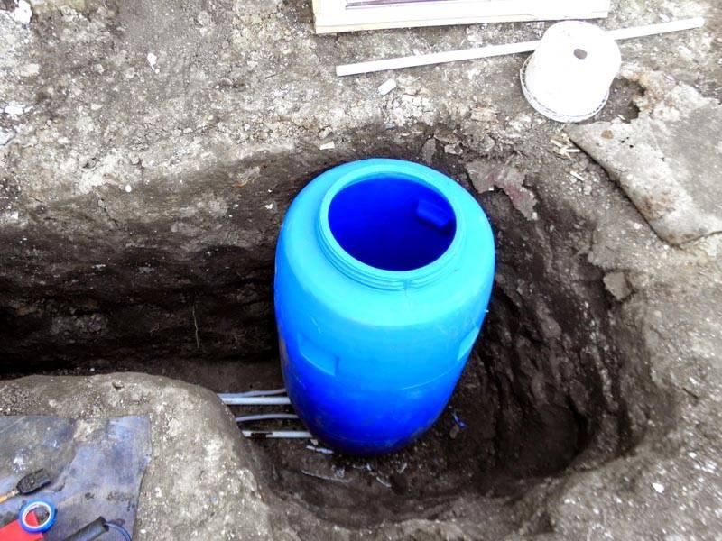 Ливневые канализациис небольшим объемом отводимой влаги изготавливают из обычных канализационных пластиковых труб и бочек