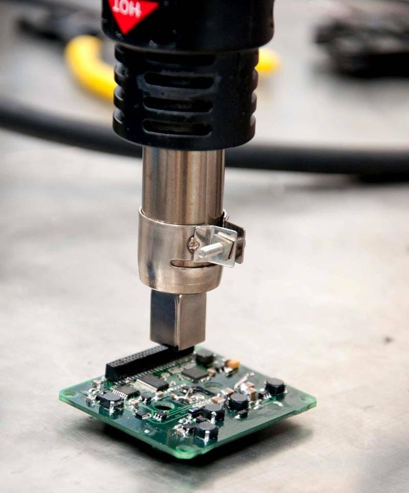 А подобный паяльник способен откачивать расплавленный припой при удалении микропроцессора с печатной платы