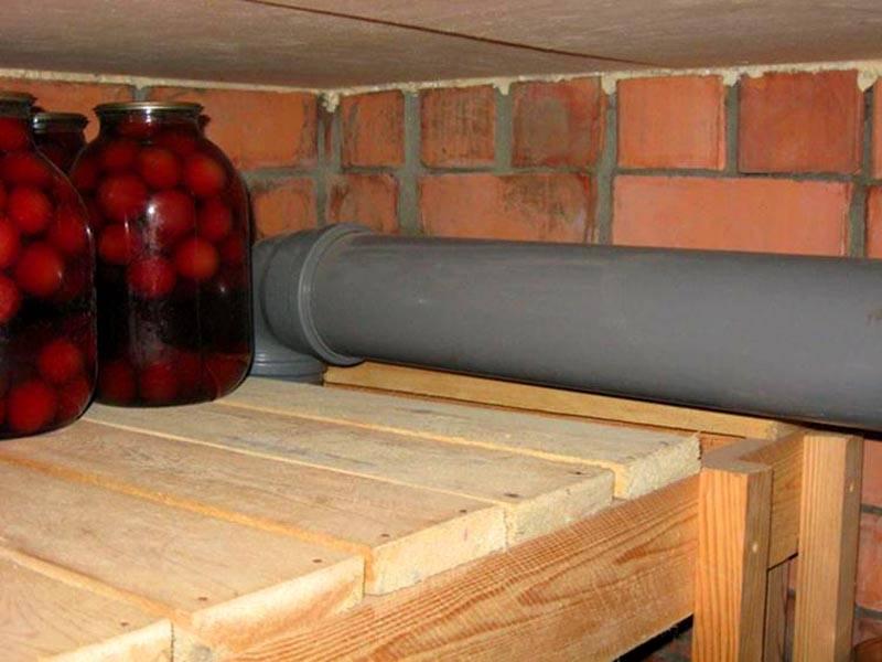 Вытяжка из погреба, выполненная из канализационной трубы ПВХ