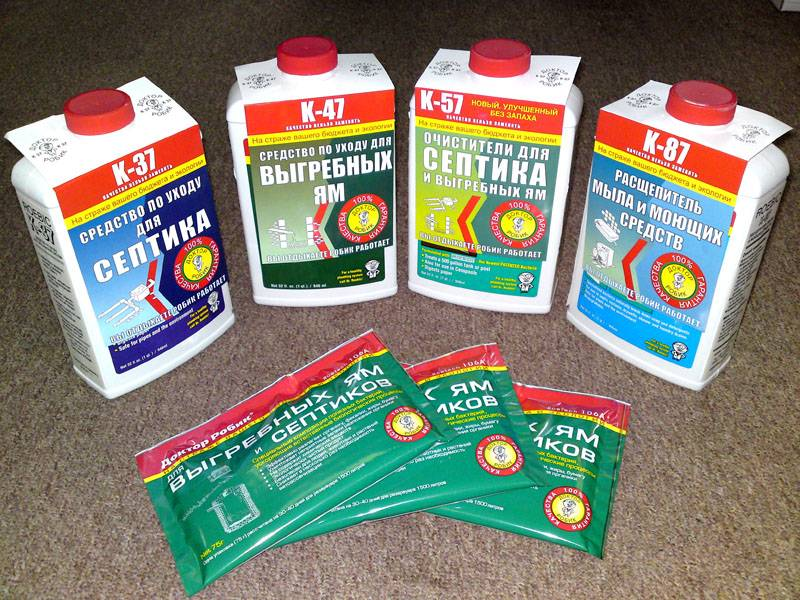 В продаже можно найти средства бактериальной очистки и химические препараты, ускоряющие процесс разложения органических отходов в яме