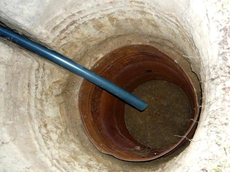 Компактная выгребная яма из бочки. Небольшой объем такой емкости ограничивает область применения