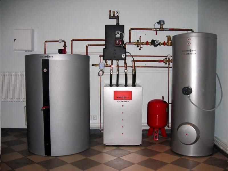 Эту технику объединяют в едином комплексе с отдельными баками. В них накапливают запас горячей воды, необходимый для полноценного удовлетворения больших потребностей. Такая предусмотрительность пригодится для компенсации пиковых нагрузок