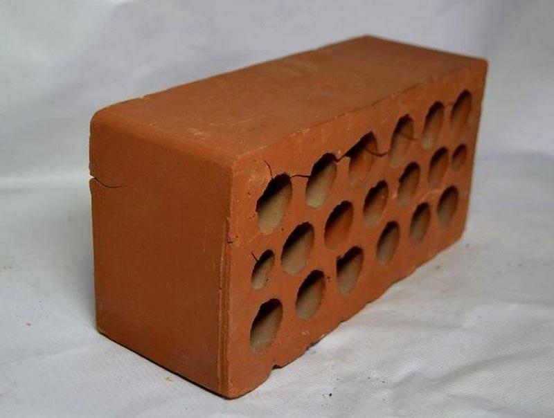 «Эффективный», он же пустотелый кирпич, хорошо видна структура керамики