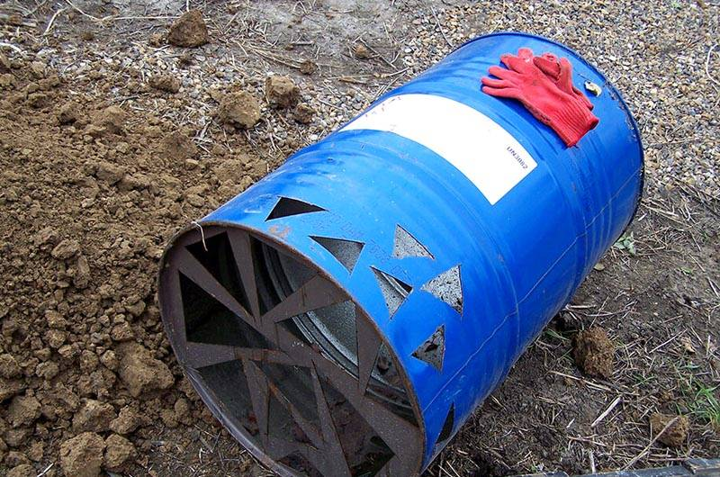 Тонкие стенки металлических (пластиковых) бочек могут не выдержать эксплуатационные нагрузки