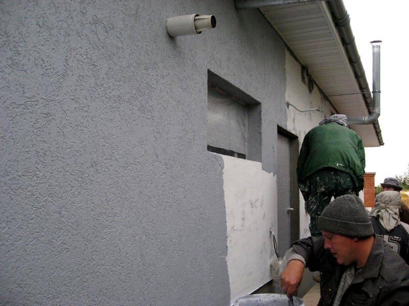 Отделку фасада лучше выполнять бригадой