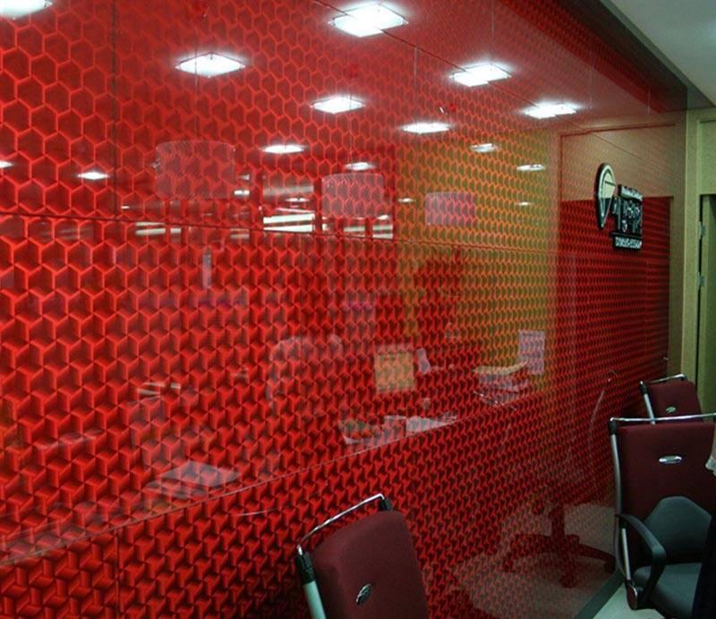 Стеклянные панели уместны в офисном помещении