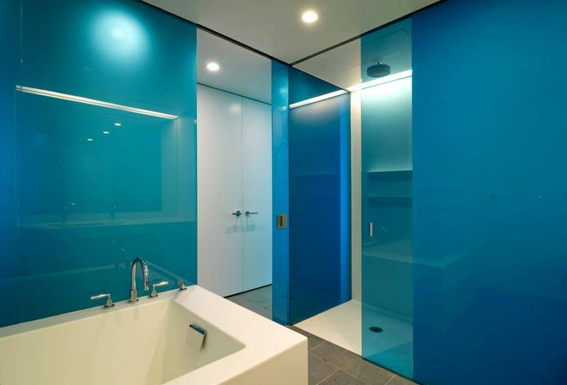 Изделия из стекла в интерьере ванной комнаты