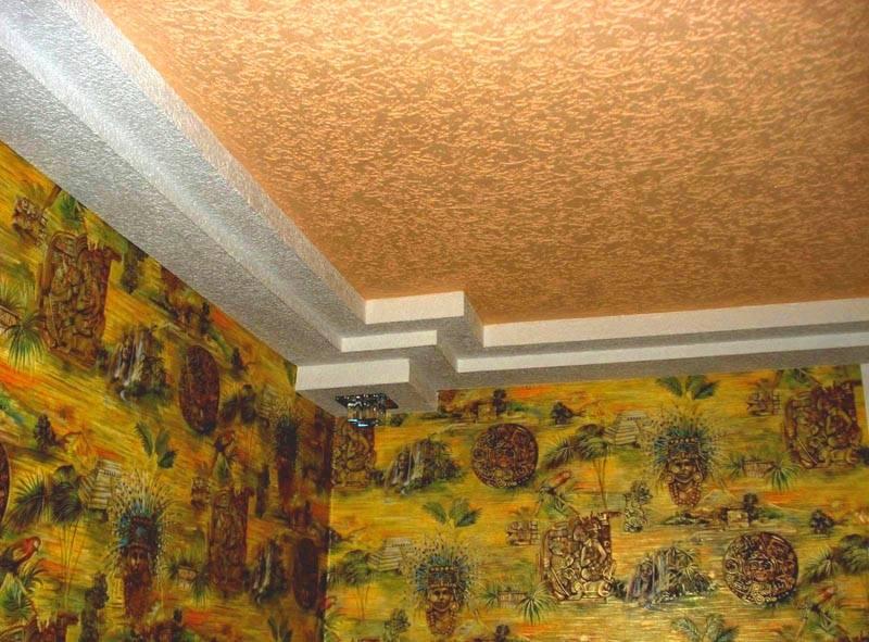 Оштукатуренный потолок выглядит красиво