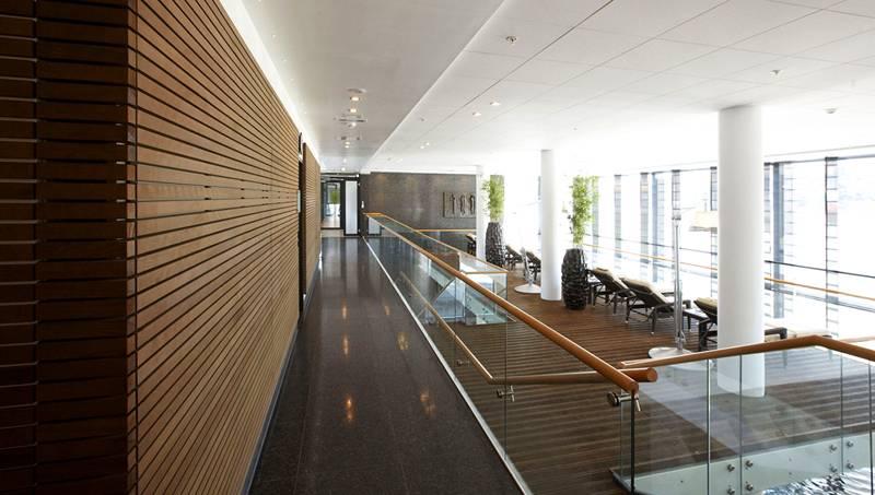 Реечные панели актуальны для жилых комнат и общественных зданий