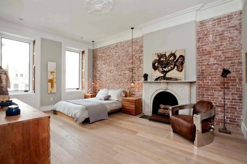 Стена в спальне, выполненная обоями по кирпичную кладку