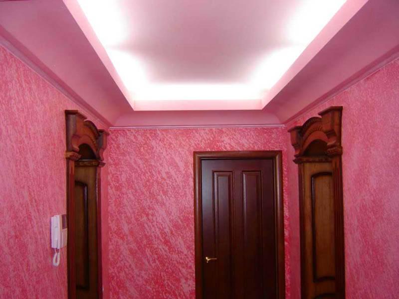 Отделка жидкими обоями гармонично дополнена идентичной окраской стен