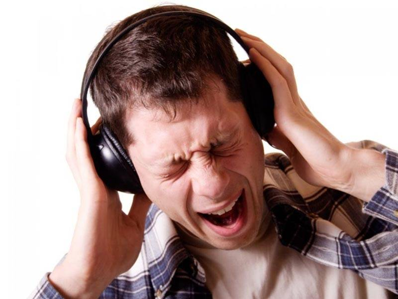 В колонках аудиосистемы или в наушниках слышен треск