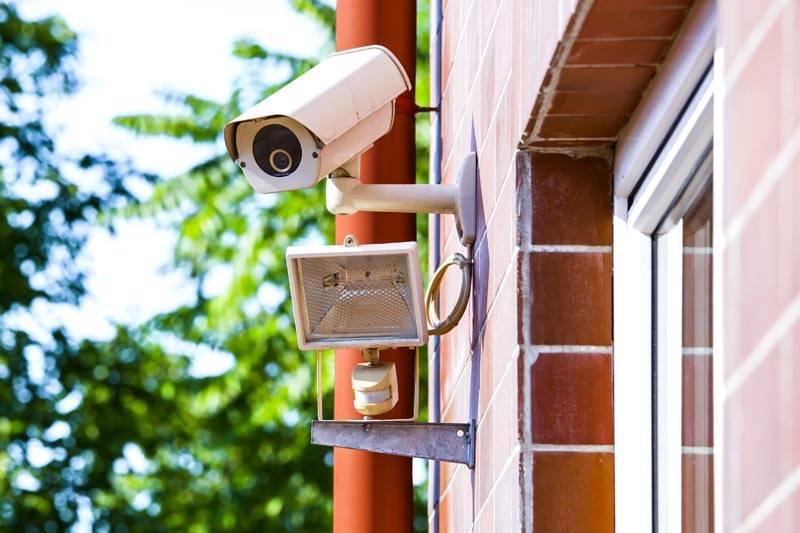 Приборы контроля устанавливаются на внешнем периметре участка и внутри дома