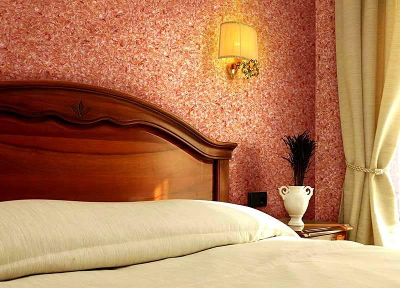 Фото жидких обоев в интерьере спальни: комнату такая отделка украшает, делает уютной и комфортной