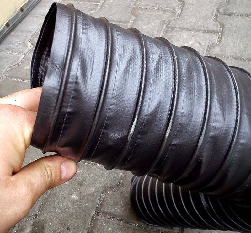 Здесь стенки из поливинилхлорида укреплены ребрами жесткости из стальной спирали. В этой конструкции металл хорошо защищен от коррозии слоем пластика