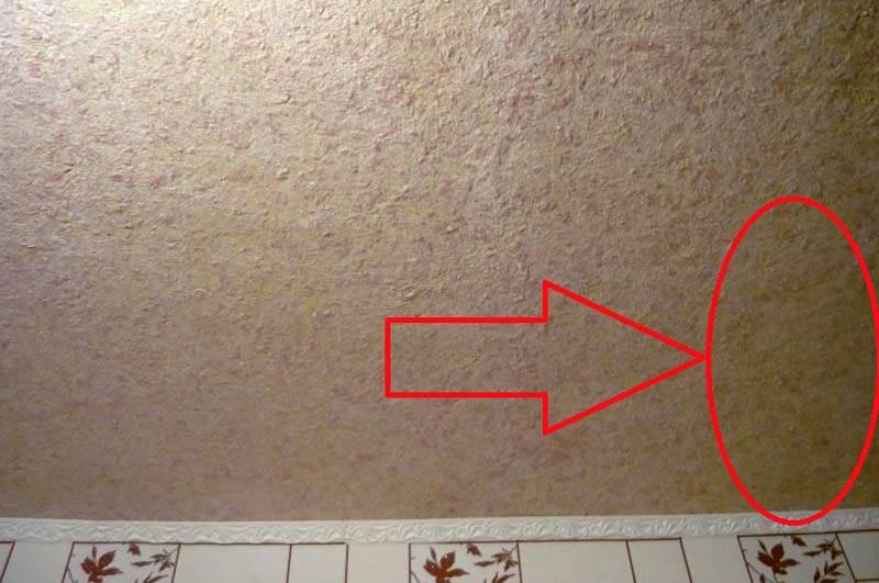 На этом и других участках потолка со временем проступили хорошо видимые желтые пятна