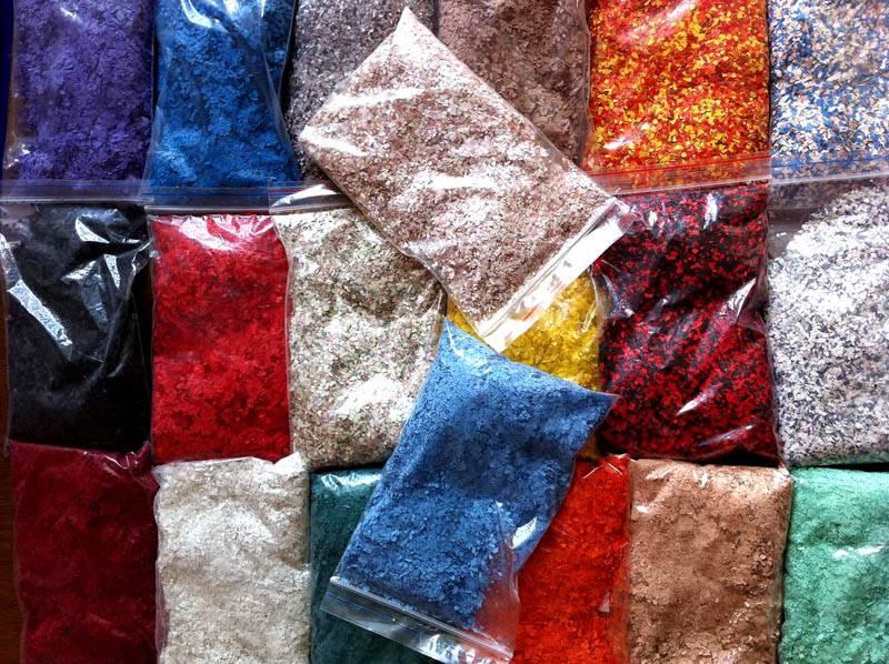 Типичные образцы отделочных материалов этой категории в прозрачной упаковке