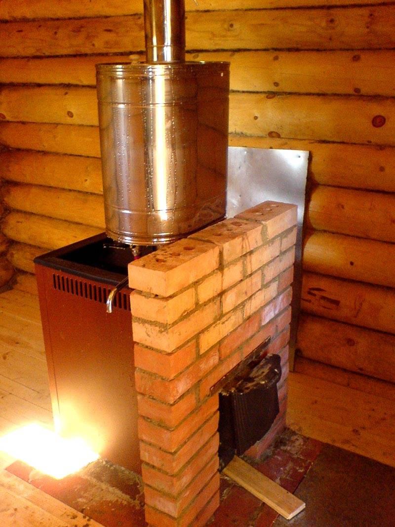 Когда бак для воды установлен на дымоходе – это очень удобно